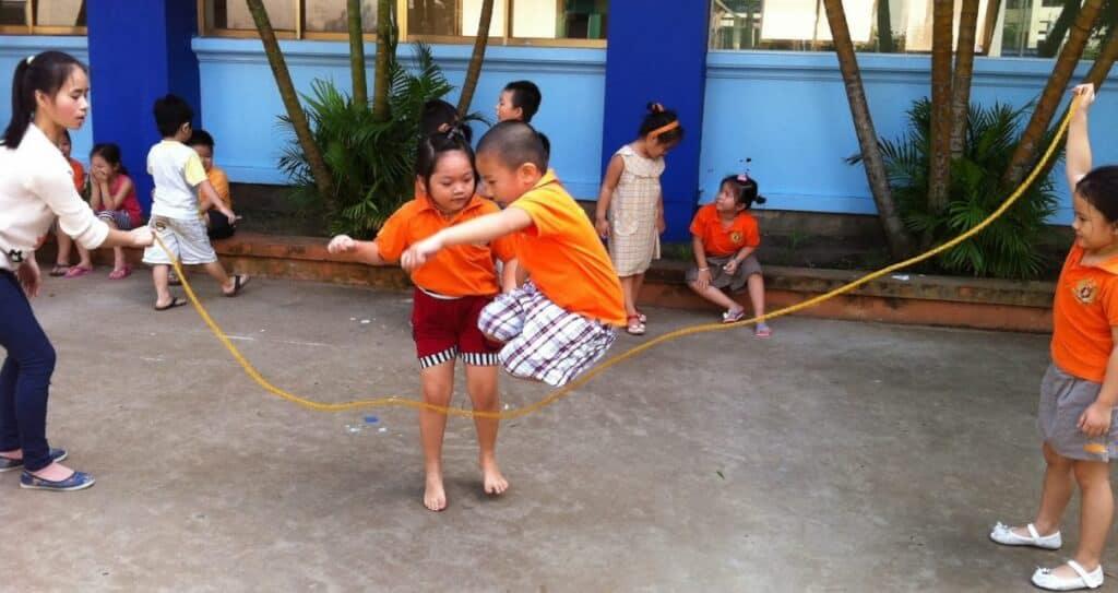 Nhảy dây là trò chơi dân gian gắn liền với tuổi thơ