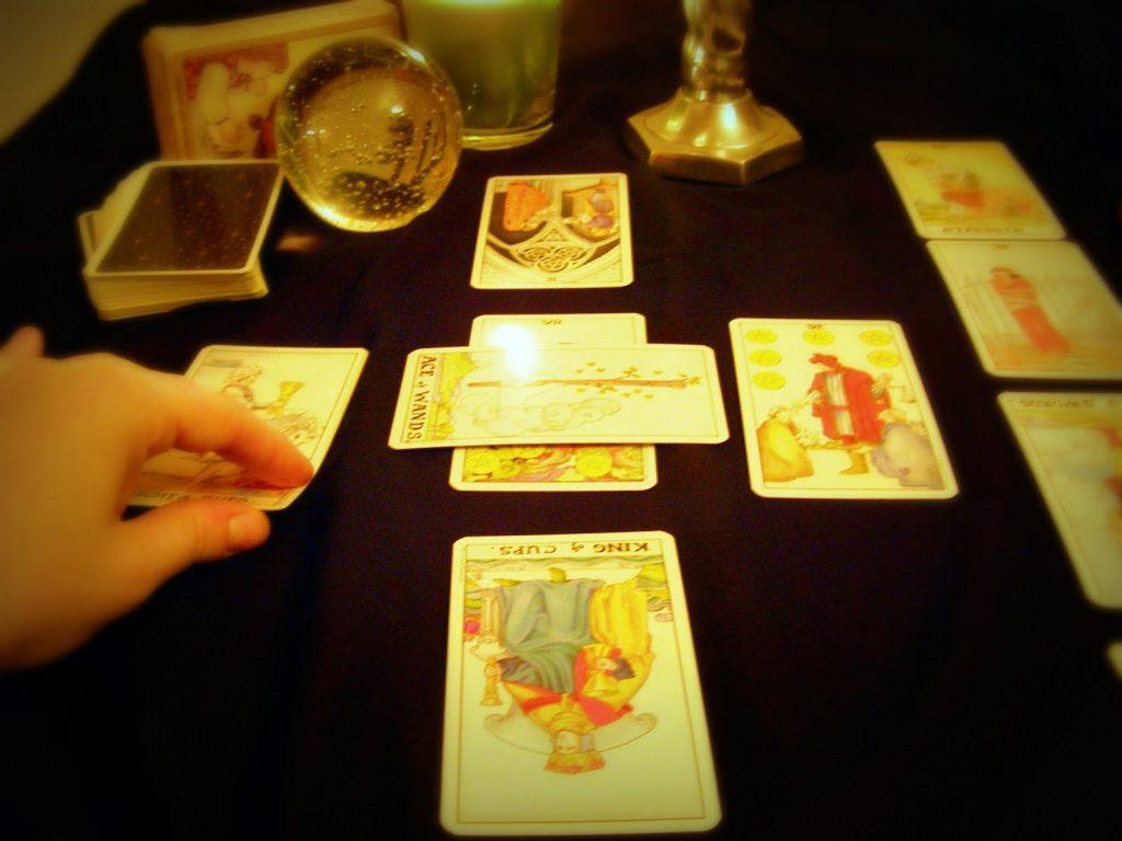 Xem bài tarot là một hình thức xem bài mà người xem sử dụng các lá bài tarot để làm công cụ khi xem - Lưu ý xem bài tarot bạn cần nắm