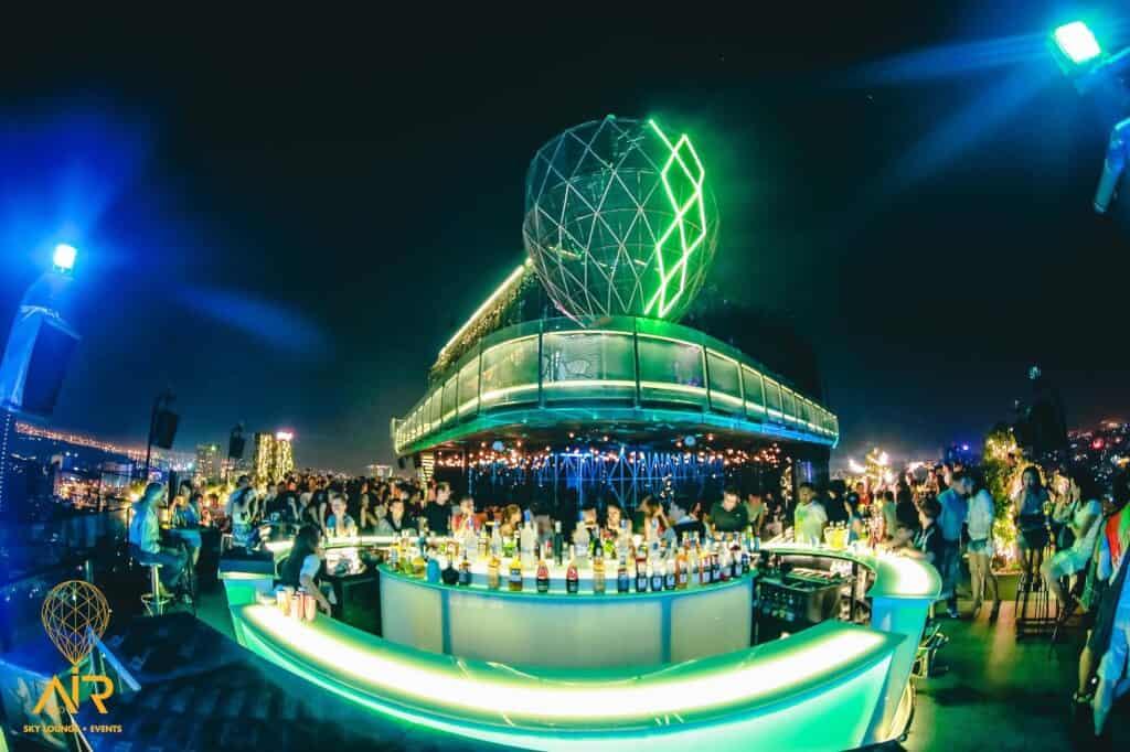 Top 5 Quán Bar Rooftop Sang Chảnh Đúng Gu Giới Trẻ Sài Gòn -  - Air 360 Sky Lounge   Chill Skybar   EON Heli Bar 13