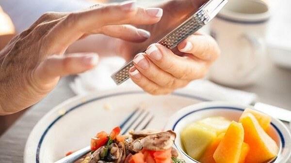 Top 5 Thói Quen Xấu Trong Bữa Ăn Nhiều Người Mắc Phải 4