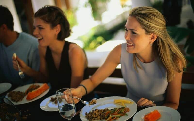 Top 5 Thói Quen Xấu Trong Bữa Ăn Nhiều Người Mắc Phải 2