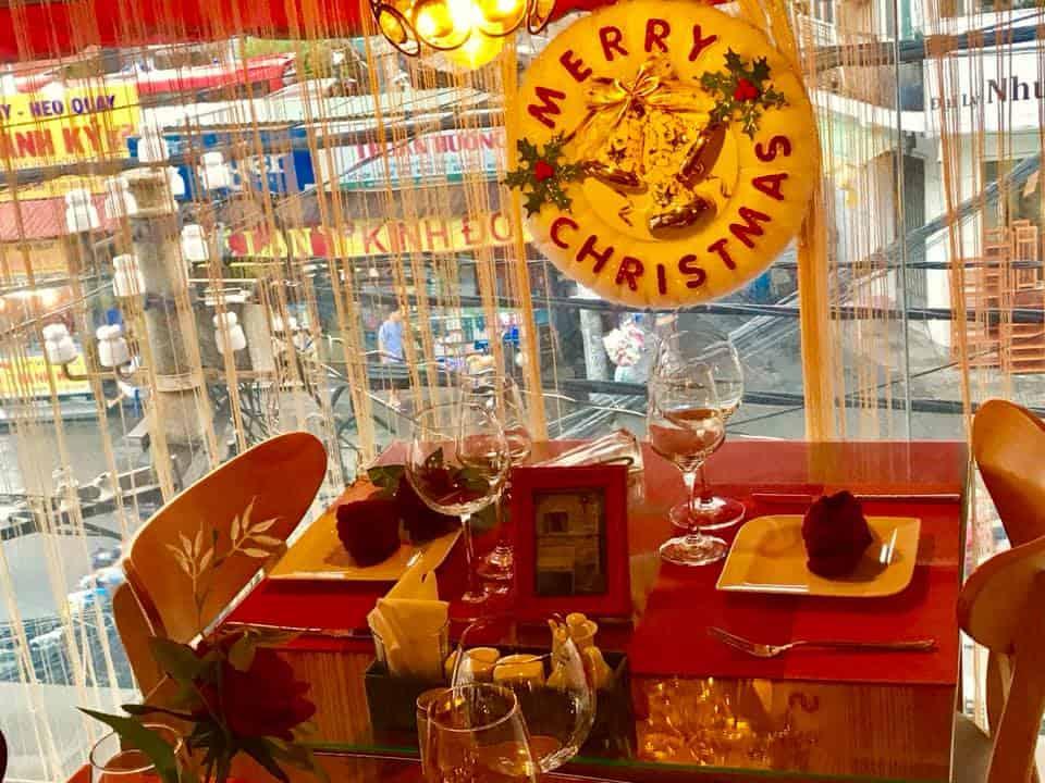 Top 5 Nhà Hàng Pháp Nổi Tiếng Lãng Mạn Tại TPHCM - nhà hàng pháp lãng mạn - Chanh Bistro Rooftop Saigon   La Camargue   La Creperie 37