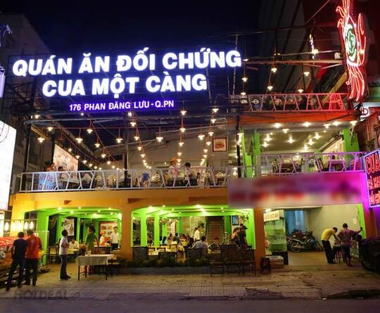 cua một càng nhà hàng hải sản tươi ngon hút khách