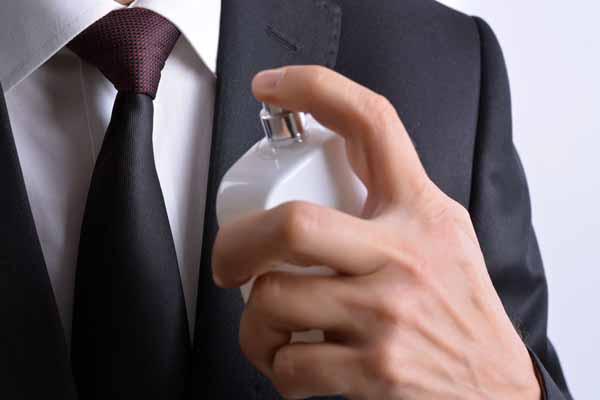 xịt nước hoa lên quần áo thói quen cần tránh khi sử dụng nước hoa